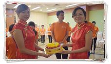 礼仪为当月寿星送上生日蛋糕